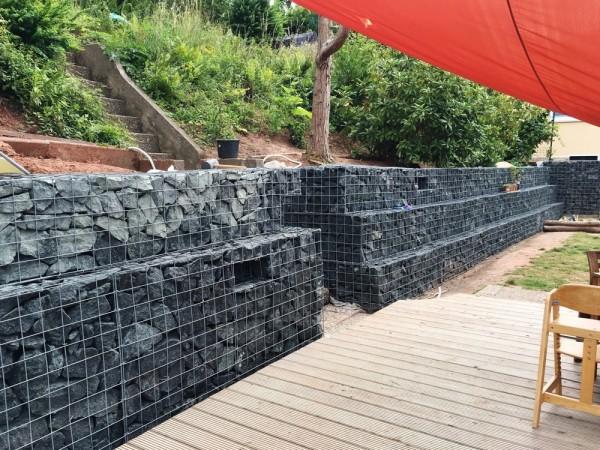 gabionen_hangsicherung_terrasse_mit_treppe