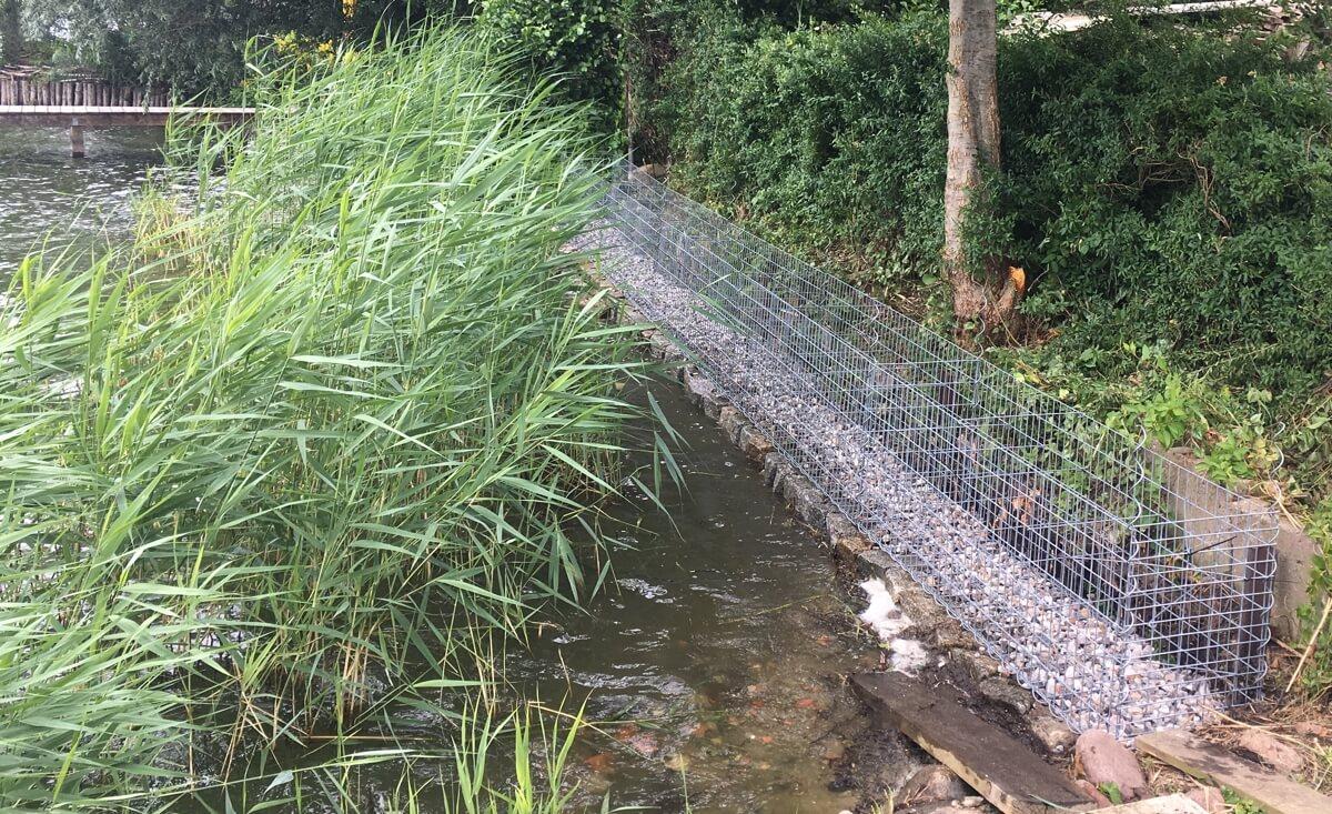 Gabionen-als-Ufersicherung-im-Aufbau