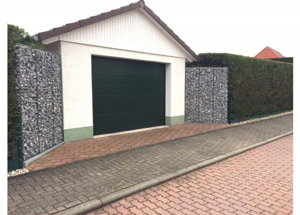 Zaungabionen-als-Einfassung-fuer-eine-Garage-Gabionenkaiser-de